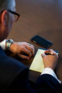 Warto skorzystać z pomocy prawnika przy napisaniu np. pozwu o alimenty.